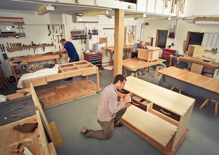 Triển khai sản xuất nội thất tại xưởng, thi công văn phòng lắp đặt nội thất