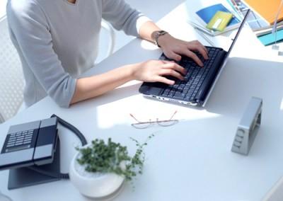 Chọn bàn làm việc văn phòng hiện đại theo phong thủy