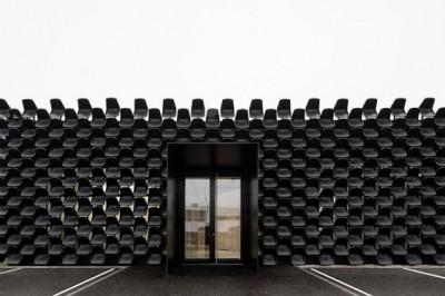 Thiết kế showroom ấn tượng với mặt tiền làm bằng ghế